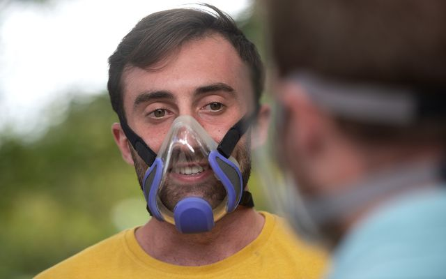 iñaki mendalua utiliza la mascarilla transparente que ha diseñado