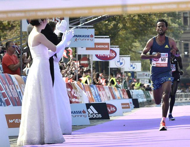 derara hurisa wint de marathon van wenen op verboden schoenen