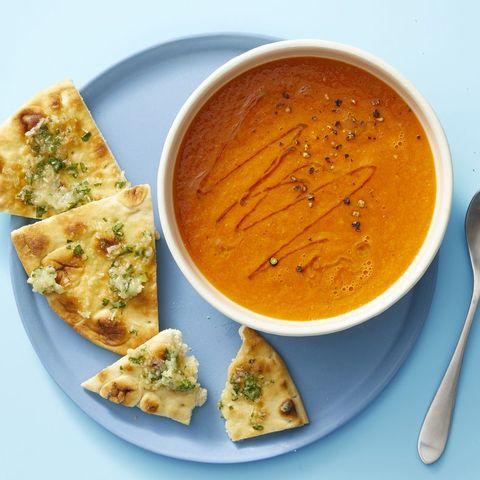 Soupe épicée à la tomate fraîche et aux pitas