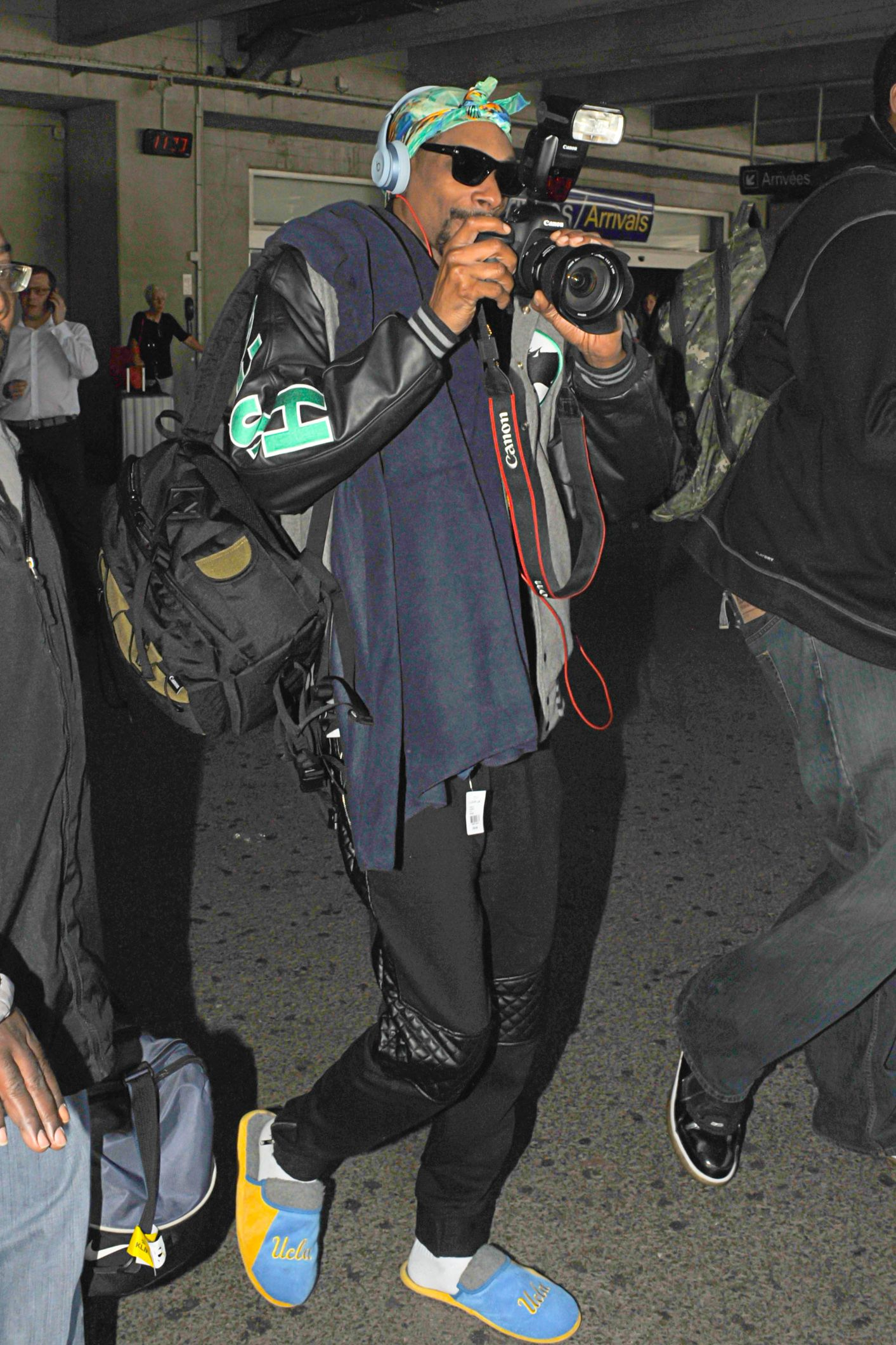 Snoop Dogg Snoop Dogg gave the paps a taste of their own medicine by snapping photos of them. But, not without someone managing to capture the rapper in a pair of yellow and blue UCLA slippers.