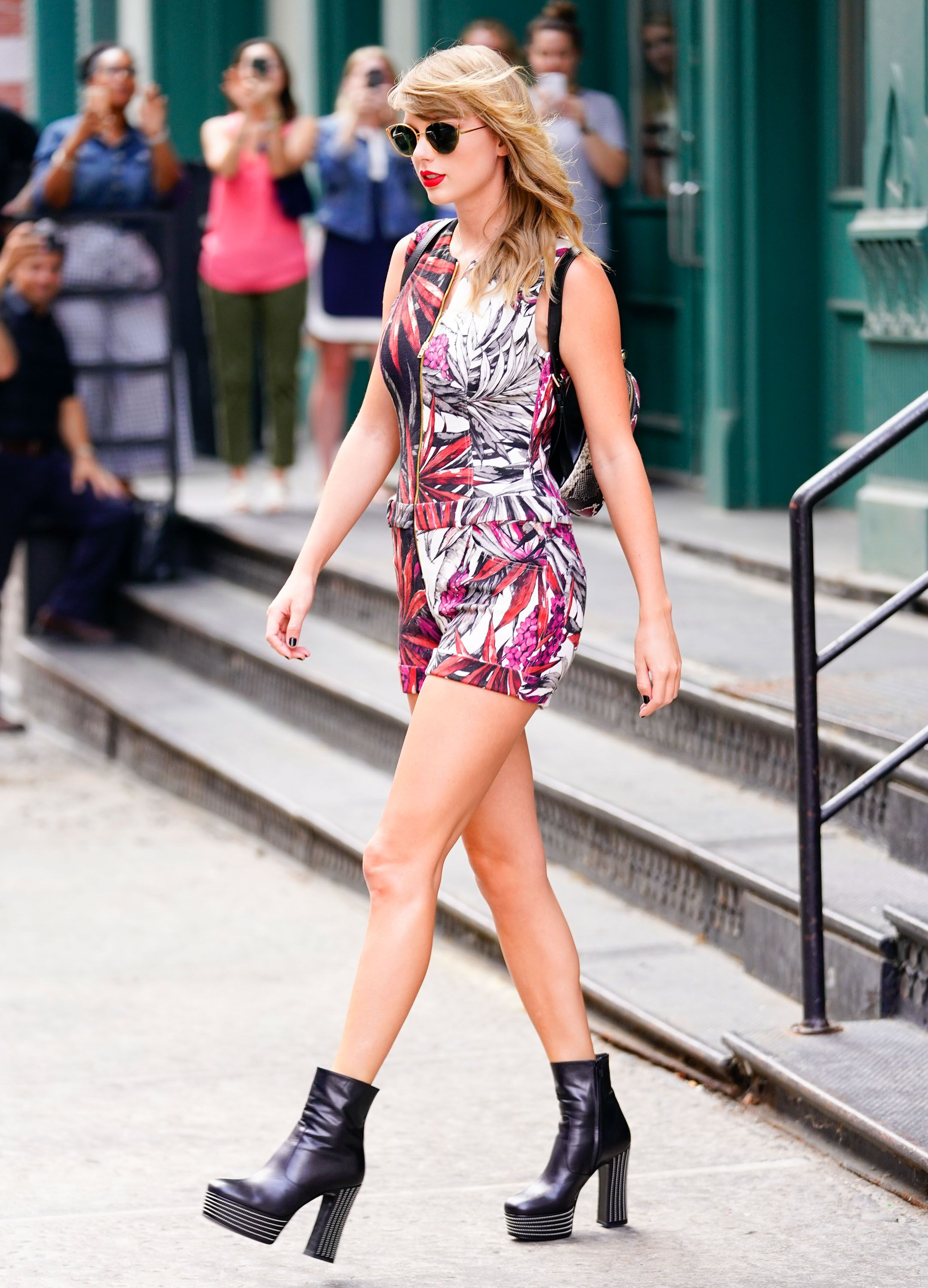 cfbe3c56ad6723 Taylor Swift in Denim Crop Top and Shorts - Fashion and Beauty Pictures of Taylor  Swift