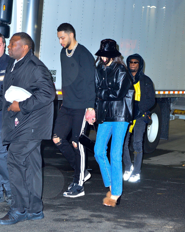 Ben Simmons dan Kendall Jenner untuk pertama kalinya terlihat bergandengan tangan di depan paparazzi (dok. Elle)