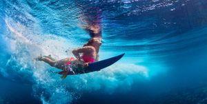 Vrouw op surfplank in het water