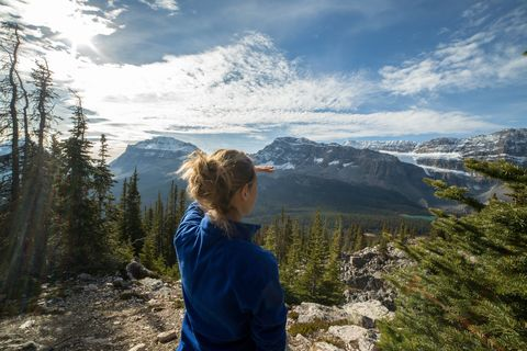 hiker kijkt naar het uitzicht