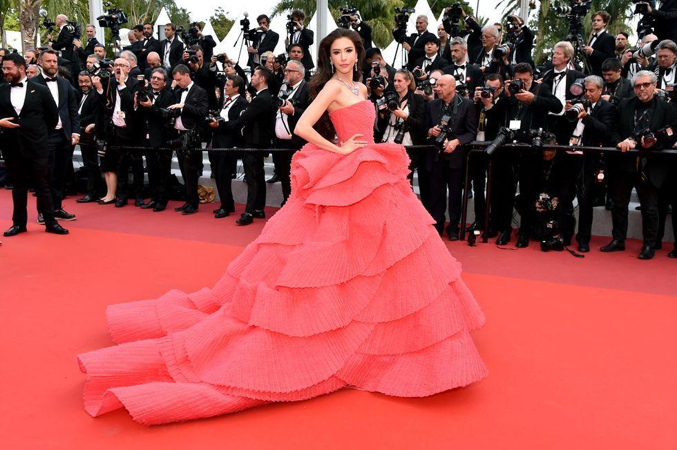 Aktris dan enterpreneur terkenal asal Thailand ini memilih gaun strapless warna merah