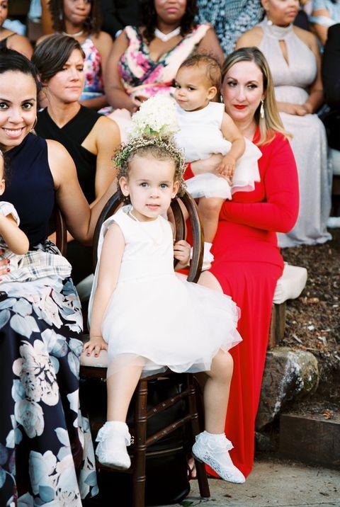 une fille de fleur à la cérémonie