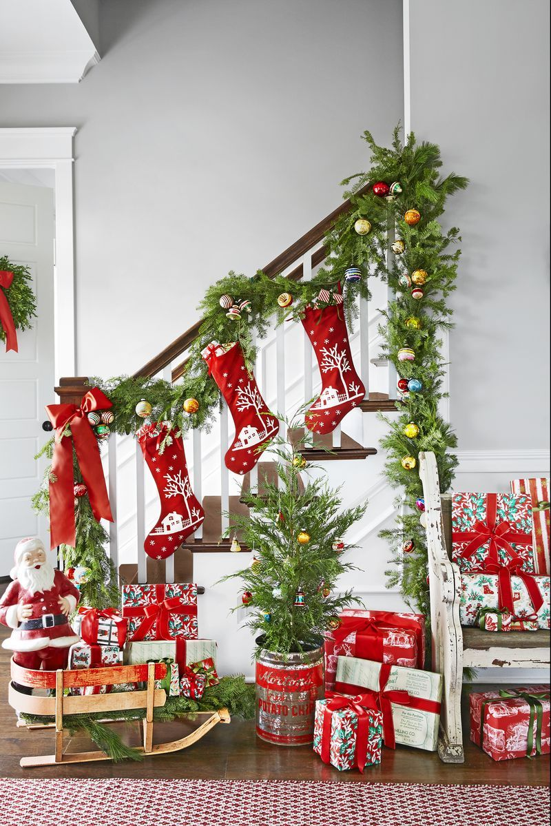 22 Creative Christmas Staircase Decor Ideas to Bring Cheer into Your Home
