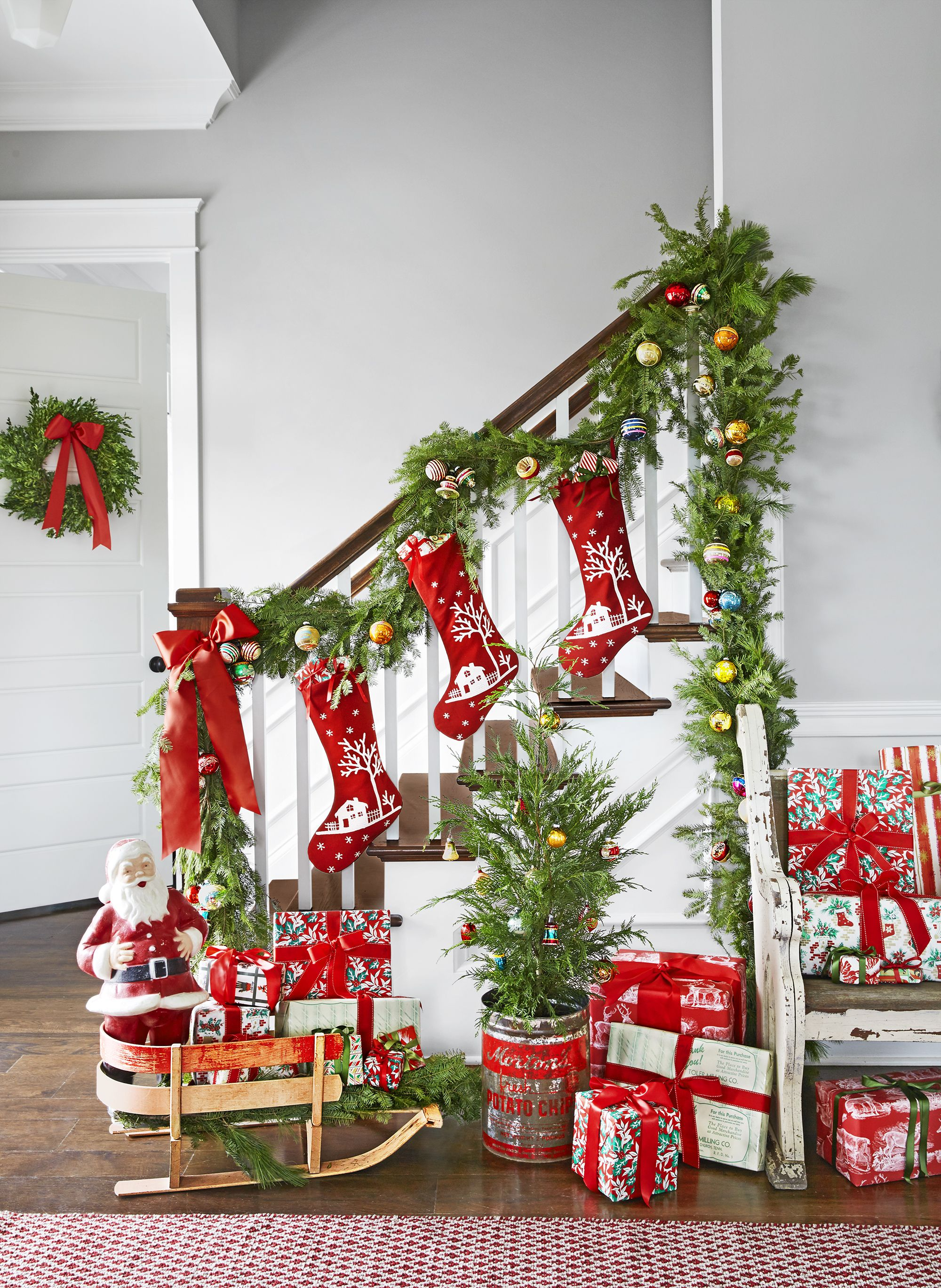 17 Best Staircase Christmas Decorations Holiday Stair