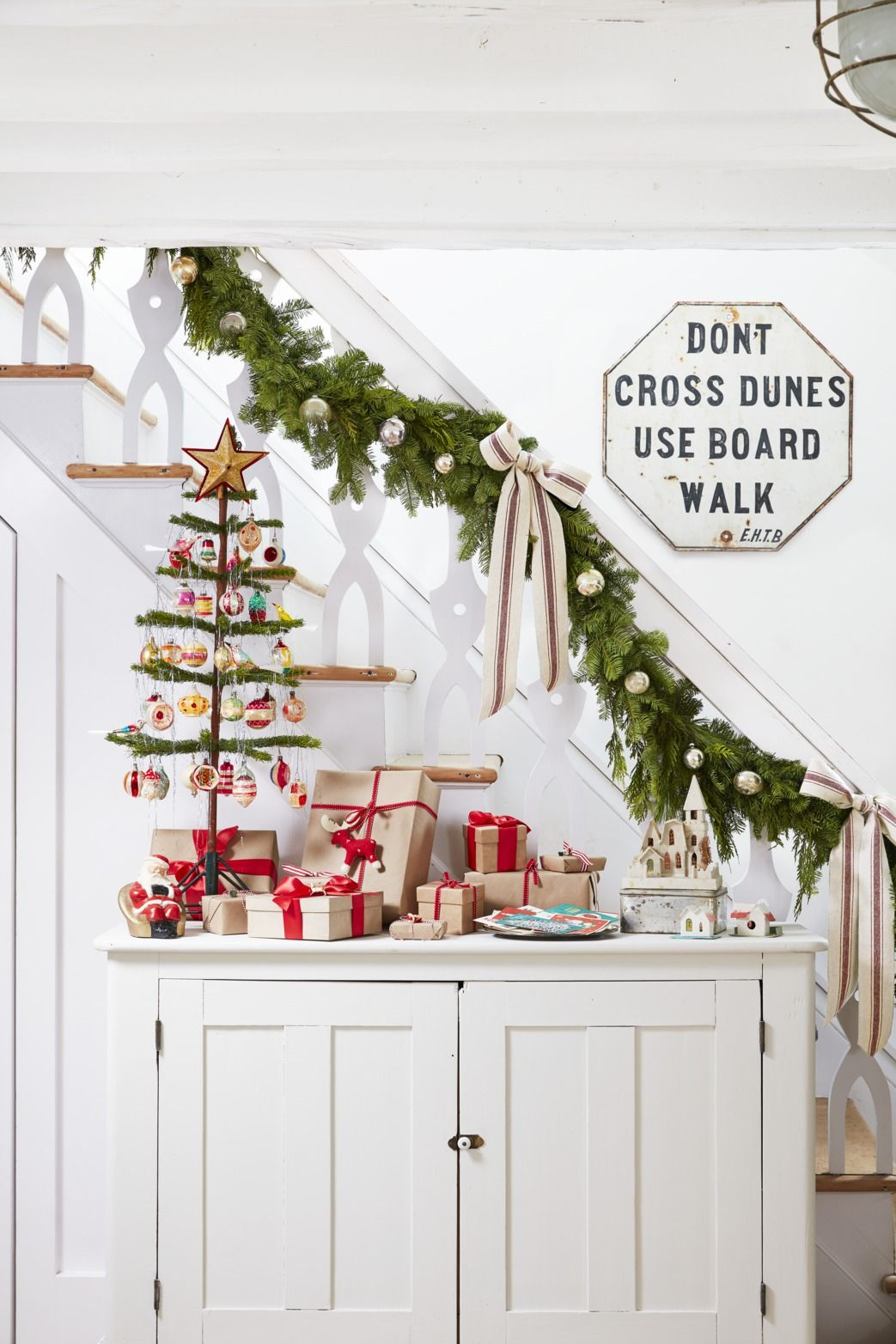 21 Best Staircase Christmas Decorations Holiday Decor For The Banister
