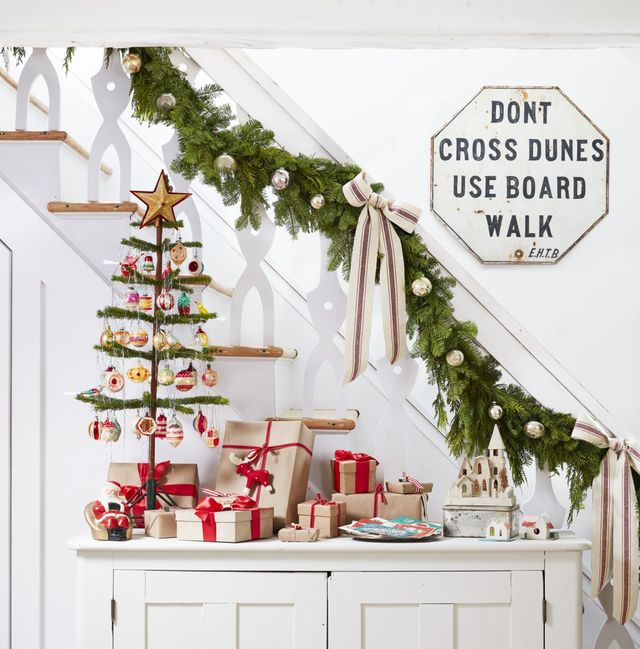15 Best Staircase Christmas Decorations How To Decorate A
