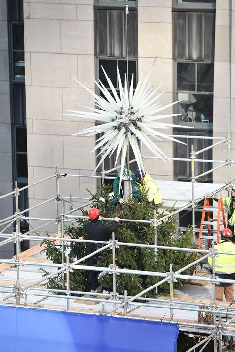 New York S Rockefeller Center Christmas Tree Debuts New Star