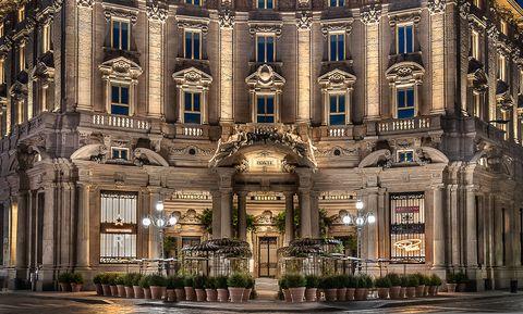 Architecture, Landmark, Building, Classical architecture, Facade, Medieval architecture, Metropolis, City, Palace, Symmetry,