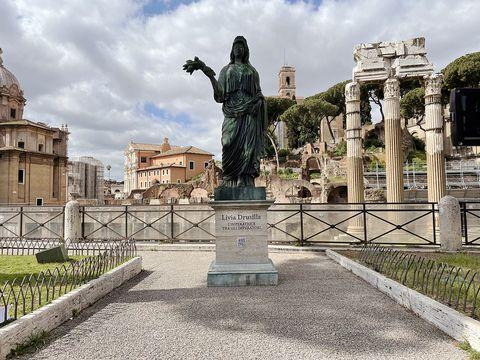 la statua di livia drusilla ai fori imperiali a roma per il lancio di domina