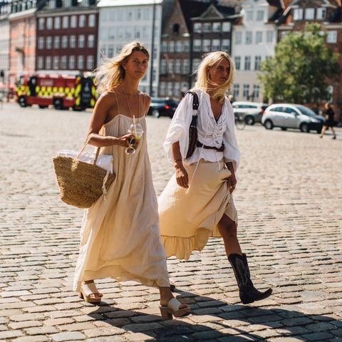 street style dos mujeres con vestidos y falda de color amarillo vainilla