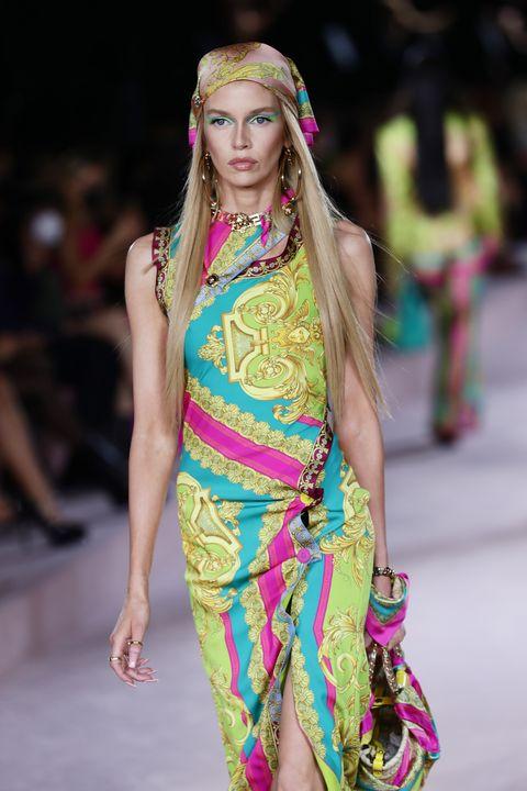dua lipa為versace獻出伸展台首秀!versace 2022春夏系列以安全別針性感重塑經典印花絲巾