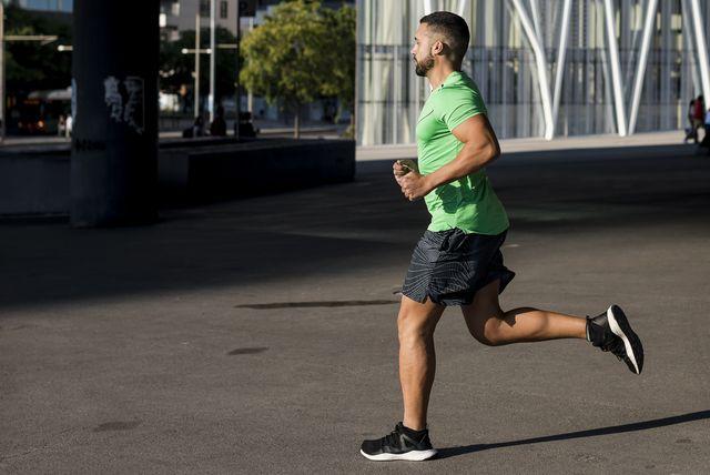 man hardloper sterke armen training