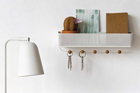 Recibidor en orden: balda con perchas para llaves