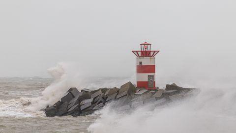 Storm raakt de pier bij Scheveningen