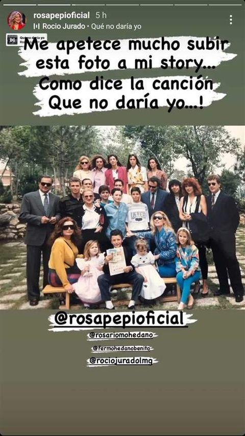 imagen de la cuenta de instagram de rosa benito con toda su familia unida