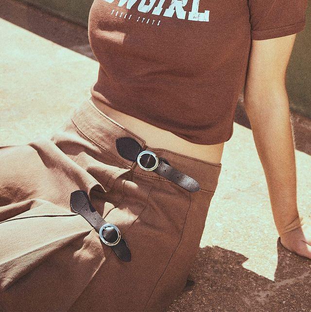 falda corta plisada con hebillas marron de stradivarius