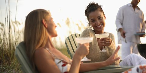 vriendinnen drankje cocktail lachen zomer zon