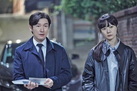 jo seung woo y bae doona en una escena de la serie de netflix stranger