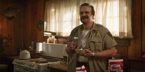 stranger things 3 escena postcreditos hopper muerto