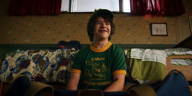 el joven actor gaten matarazzo, caracterizado como dustin henderson, en una escena de la temporada 3 de stranger things