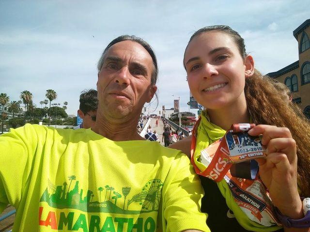 dos corredores con sus medallas tras una carrera