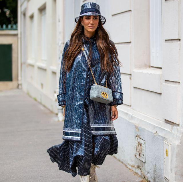 vrouw draagt een dior regenjas
