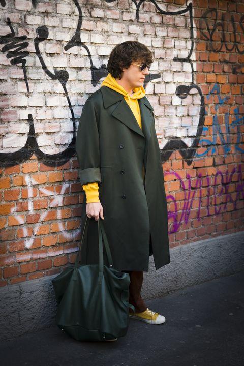chico en la calle con sudadera amarilla con capucha