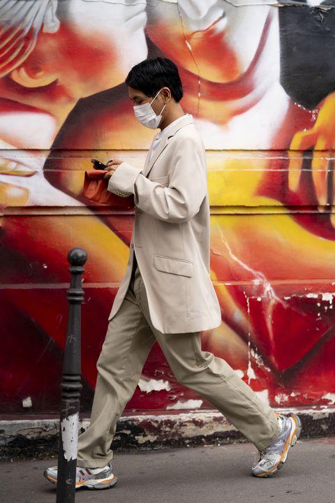 hombre en la calle con zapatillas