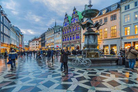Amagertorv (plaza Amager), fuente de la Cigüeña y calle Strøget, la principal calle comercial de Copenhague