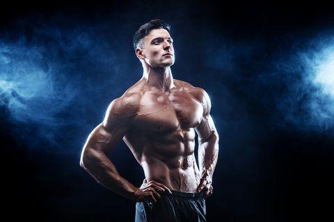 hombre presumiendo de músculos