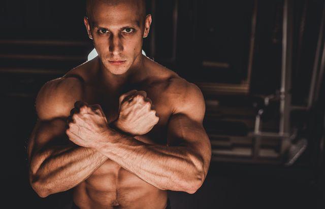 atleta fitness presumiendo de abdominales y brazos