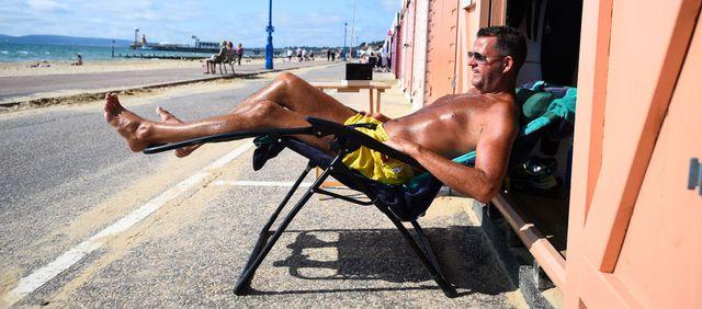 un hombre toma el sol para tener vitamina d durante la pandemia de covid