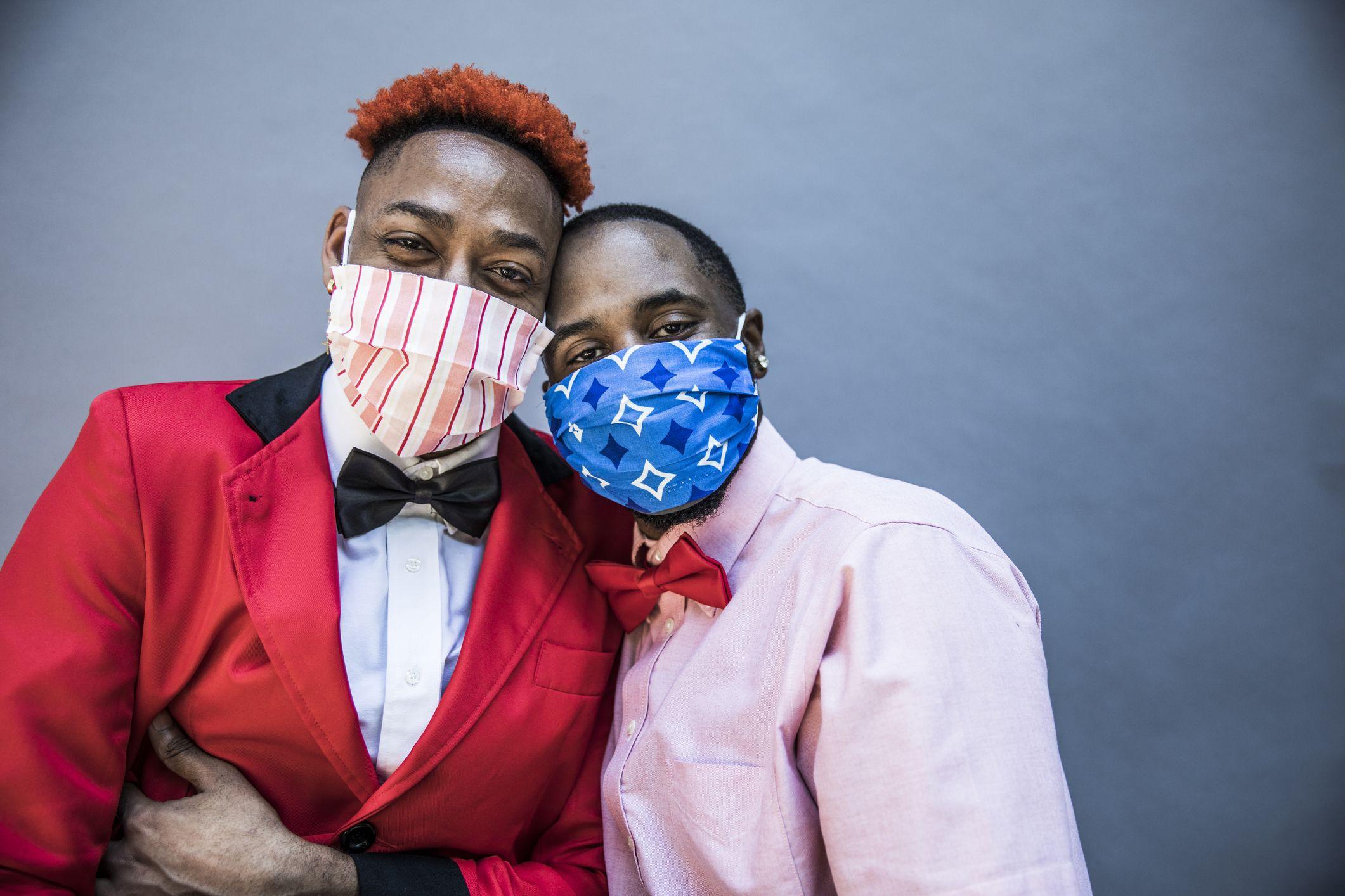 to svarte menn i masker og smoking