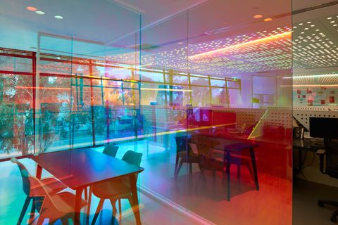 La oficina de ambience que cambia de color a lo largo del día por studio Y
