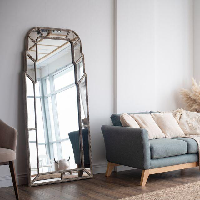 stijlvol scandinavisch interieur met een moderne spiegel