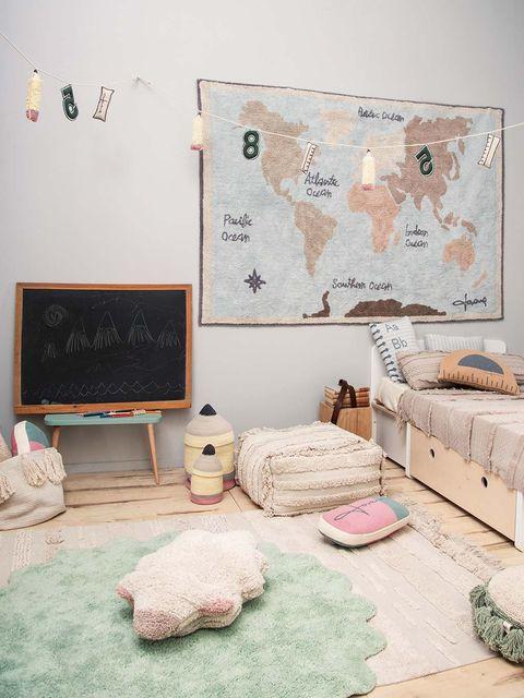 dormitorio infantil con alfombras y textiles en tonos empolvados