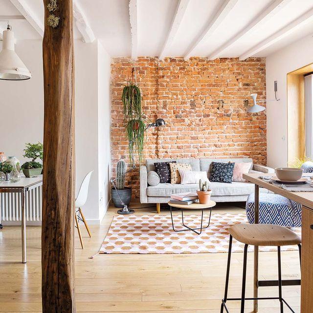 espacios diáfanos con ladrillo visto y vigas de madera