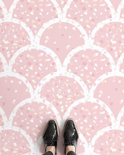 suelo de vinilo con estampado de escamas y terrazo en color rosa