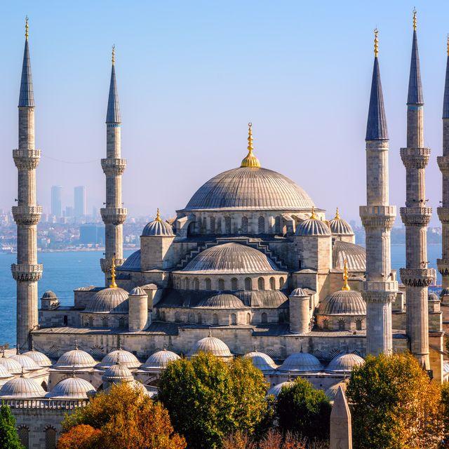 blue mosque sultanahmet camii, bosporus and asian side skyline, istanbul, turkey
