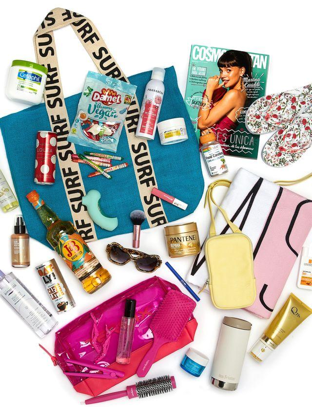 summer bag de cosmopolitan con todos los productos que incluye como cosmeticos para piel y pelo, revista del mes, gafas de sol, bebidas, chanclas, toalla, juguete sexual, maquillaje, chuches