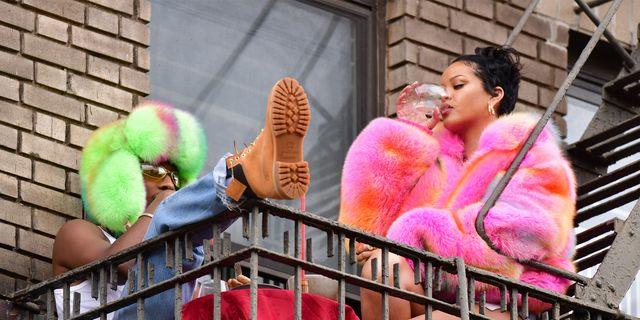 rihanna en asap rocky in felgekleurde bont kleding tijdens clipshoot in new york city in juli 2021