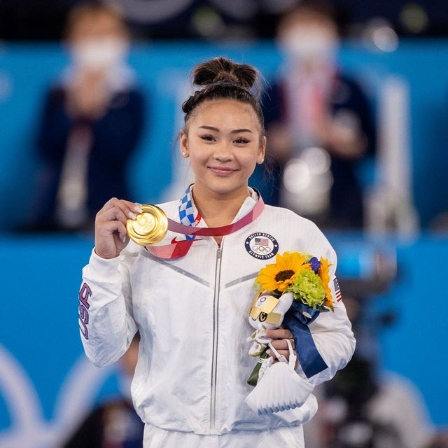 suni lee holding her gold medal