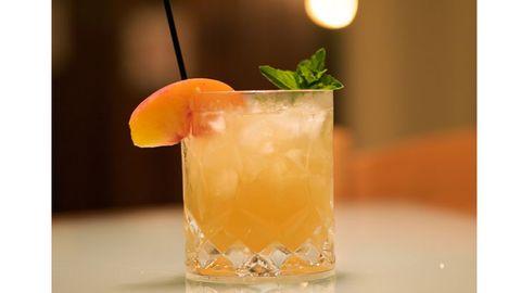 Liquid, Drink, Fluid, Classic cocktail, Cocktail, Alcoholic beverage, Tableware, Citrus, Juice, Fruit,