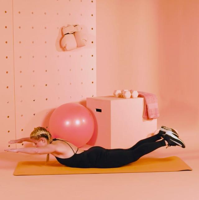 mujer haciendo el ejercicio del superman