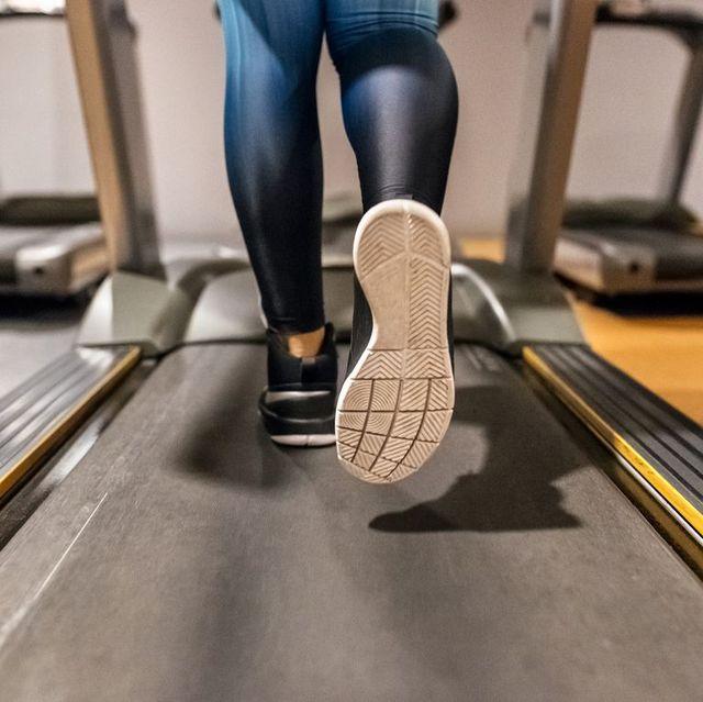imagen de un pie corriendo en una cinta para las pruebas sobre la supinación