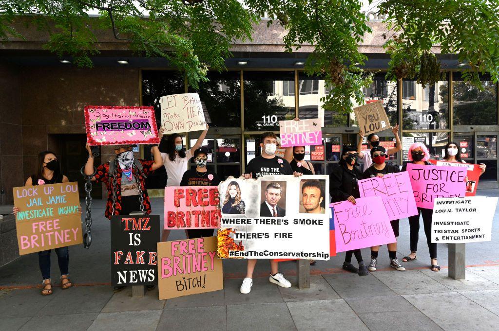 מחאה חופשית מחוץ לבתי המשפט בלוס אנג